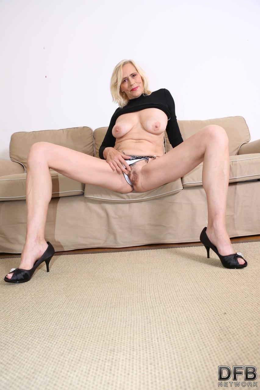 Два негра выебали девушку и ее мамку в анальные дырочки на диване