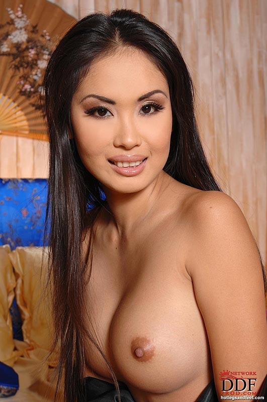 Азиатка показывает смуглую попку и начисто побритые половые губы