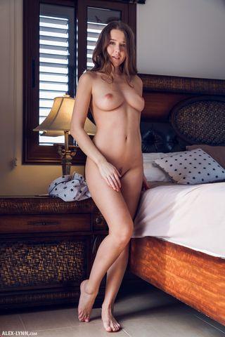 Красотка в постели снимает крупным планом мохнатку и упругие сиси