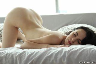 Брюнетка с утра раздвигает руками половые губки и ягодицы