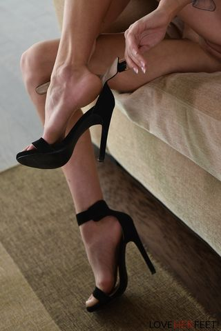 Распутница сняла платье и черные туфли, начав дрочить писюню