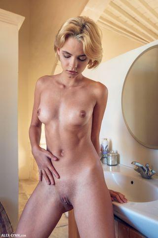 Блондинка с торчащими сосками поласкала на краю ванны нежную писечку