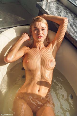 Красотка принимает ванну и натирает раком бритую мягкую вагину