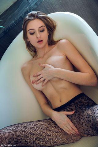Красотка в ванне двигается рукой по лобку и массирует пизденку