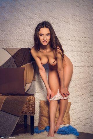 Худая модель прижалась к стене и крутит попкой перед дрочевом