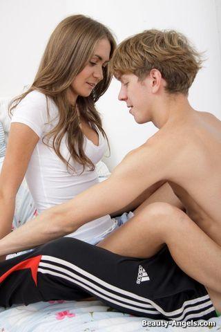 Девушка ебется с гопником в спортивках и кончает от анала