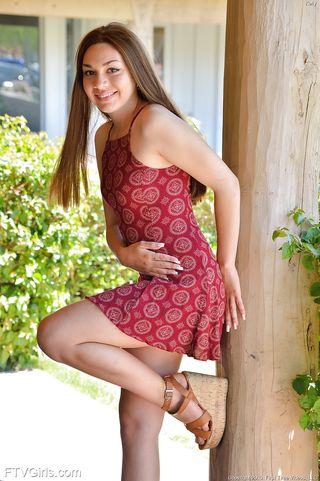 Девушка в платье разминает прозрачным самотыком задний проход