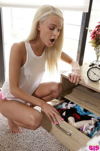 Блонда с тату в розовых трусиках трахает себя в вагину игрушкой