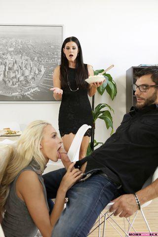 Две подруги трахают промежностями большой пенис друга до спермы