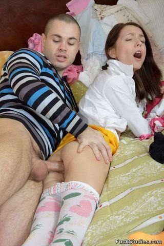 Бритоголовый парень выебал в жопу подругу и накормил с утра теплой спермой