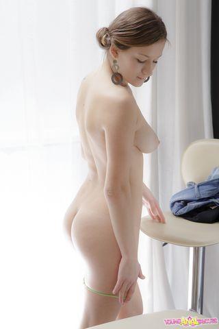 Массажист раскрутил клиентку на нежный анальный секс на столе