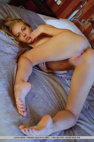 Девушка в шпагате показывает в камеру побритое мягкое влагалище