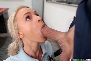 Студентка глубоко отсасывает бритый хер учителя в кабинете на коленях