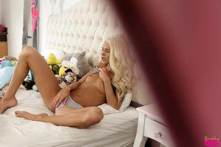 Блондинка с утра отсосала парню и кончила вагиной на его дубине