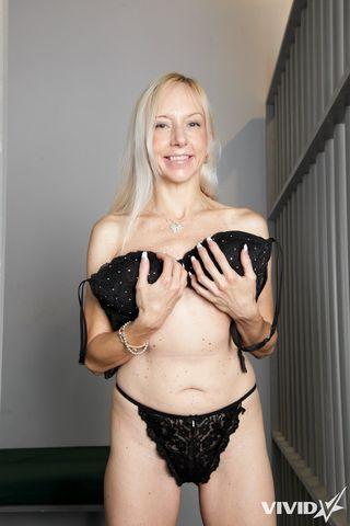 Милфа снимает платье и черные трусики перед камерой соседа