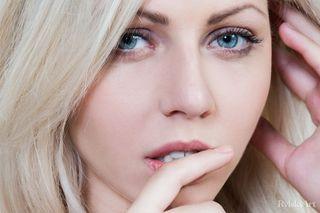 Блондинка ласкает пальчиками в шпагате мягкие половые губки