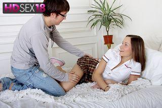 Студент осторожно садит на огромный хер симпатичную любовницу вагиной