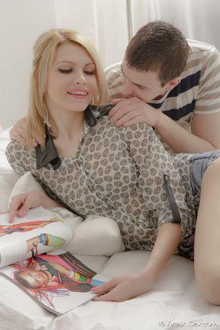 Блондинка взяла за щеку хер и согласилась дать в задницу приятелю
