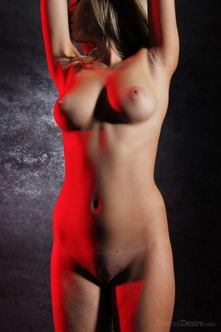 Стриптизерша около шеста натирает пальчиками нежную вагину