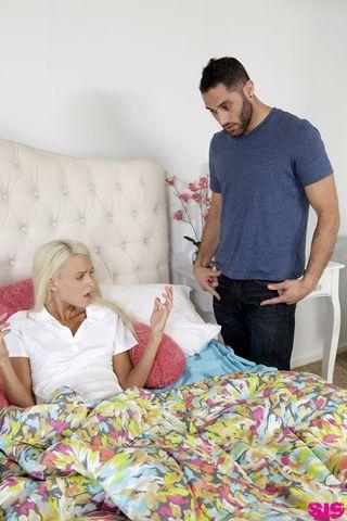 Блондинка в трусиках и чулках отсосала до спермы член женатика