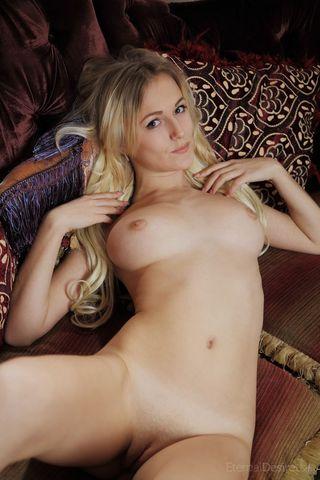 Домохозяйка на софе натирает кончиками пальцев писечку и сиськи