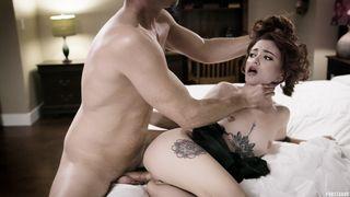 Мужик снял деловой костюм и выебал любовницу в сраку на кровати