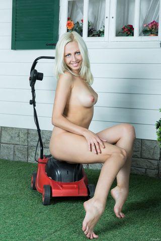 Блондинка на газонокосилке дрочит половые губки и клитор