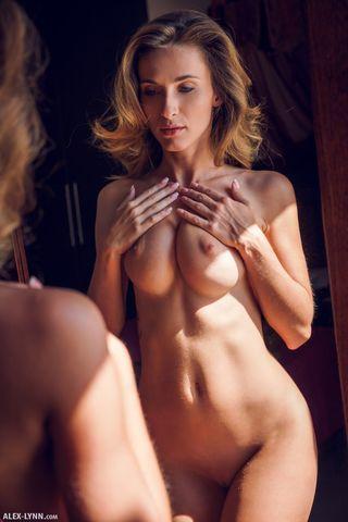 Девушка сняла трусишки перед зеркалом и гладит клиторок и сисечки