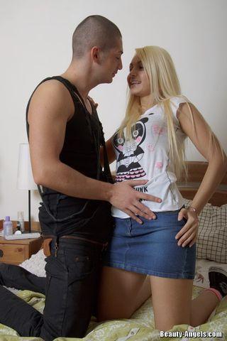 Блондинка в лифчике и кедах принимает в очке бритый хер друга