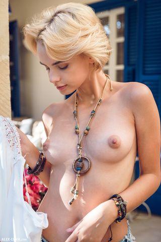 Девушка на ступеньках на улице снимает шортики и белые трусики