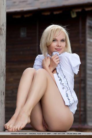 Сельская девка позирует в одной блузке на улице и трогает мягкий клитор