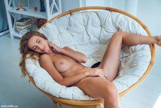 Рыжуля лежит в кресле и гладит с утра красивую писечку пальцами