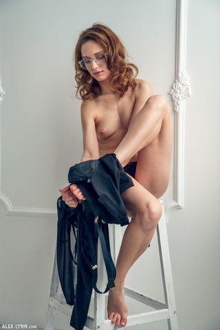 Актриса снимает перед камерой агента одежду и гладит рукой писюню