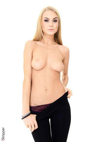 Блондинка снимает в студии штаны с трусиками и показывает влагалище