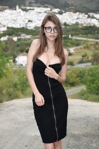 Красотка в платье показала на улице небольшие аккуратные сиськи