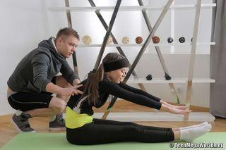 Красотка на гимнастике ласкает вставший пенис тренера на коврике