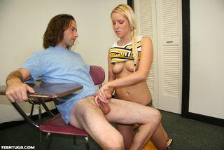Девушка нежно дрочит руками член высокого зрелого мужика