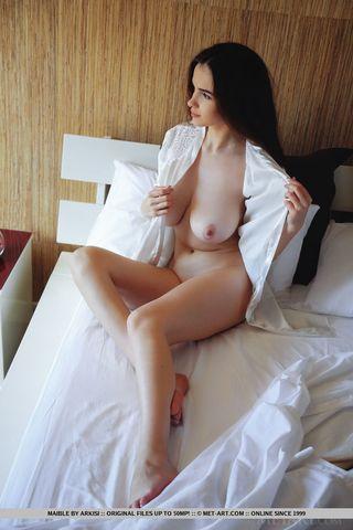 Брюнетка с большими сиськами показала в камеру вагину и очко