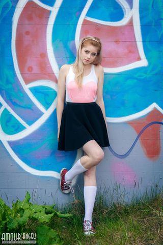 Девушка на улице задрала юбку и на траве подрочила клиторок