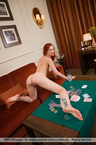 Рыжая на столе для покера показала в камеру слегка волосатое отверстие